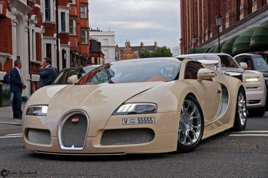 Bugatti Veyron....Really? if you can afford a beautiful car like this ...why oh why get it painted Beige ?? what a knob !!!