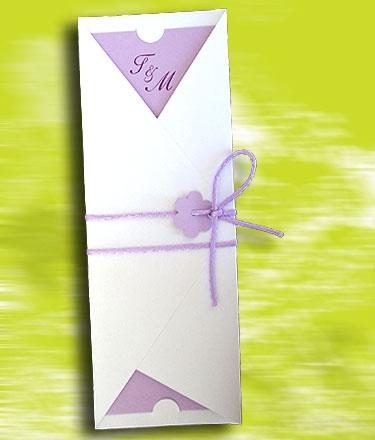 """Η πρόσκληση έχει διαστάσεις 8 X 22 εκατοστά και είναι κατασκευασμένη από λευκό μεταλλικό χαρτί   Το κείμενο της πρόσκλησης είναι τυπωμένο σε εσωτερική κάρτα κατασκευασμένη από λιλά ματ γκοφρέ χαρτί  Η πρόσκληση έχει εξωτερικά και διακόσμηση με σατέν κορδονάκι 2mm σε λιλά χρώμα διπλό """"πέρασμα"""" και δεμένο φιόγκο."""