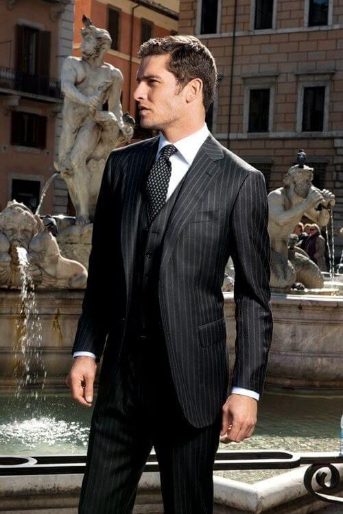 チョークストライプ黒スーツ着こなし