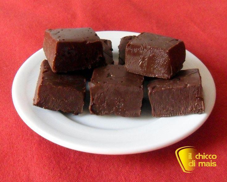 Fudge (ricetta cioccolatini americani). Ricetta del fudge, dolce americano con cioccolato e latte condensato, tagliato a cubetti che si scioglie in bocca