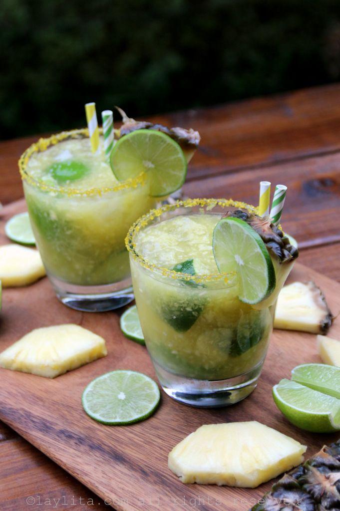 Caipiriñas de piña - Receta para un refrescante coctel caipirinha o caipiriña de piña, este trago se prepara con licor cachaza infusionado con piña, limones, azúcar, puré de piña fresca y hielo.