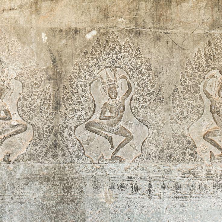 Das Flachrelief ziert die äußere Westmauer von Angkor Wat und zeigt in Lotushaltung tanzende Apsaras