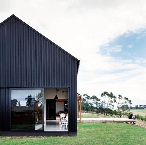 Black barn. (via Bloglovin.com )