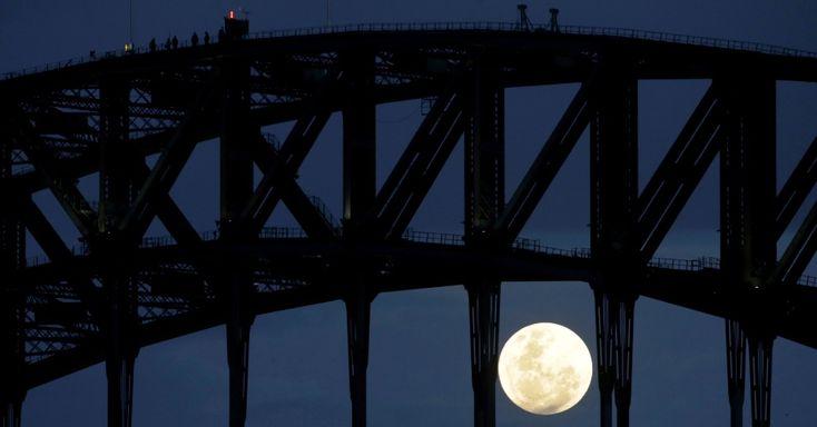 Pessoas observam a superlua na Harbour Bridge, em Sydney. Nesta segunda, a lua cheia está mais próxima da Terra, a apenas 356.511 km de nosso planeta. Essa é a menor distância em 68 anos