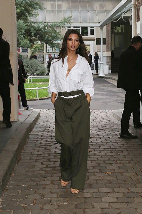La camicia bianca ti rende sexy, e se non ci credi prova ad abbinarla per questo autunno inverno 2017 2018 come fa Emily Ratajkowski