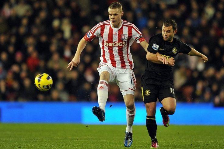 Ryan Shawcross del Stoke City frente al Wigan Athletic Shaun Maloney