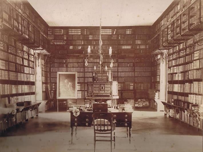La Biblioteca del Convento de la Recoleta Dominica, 2° sala Vicente González, en las primeras décadas del siglo XX. Fotografía perteneciente al Archivo Fotográfico de la BPRD