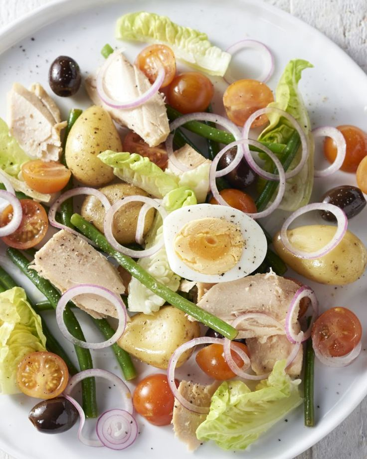 Salade niçoise meteen doet wegdromen naar een terrasje aan de Middellandse zee. Met krieltjes, boontjes, een eitje en natuurlijk tonijn, in een lichte versie!