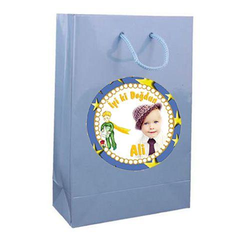 Little Prince Birthday Party KÜÇÜK PRENS KİŞİYE ÖZEL HEDİYE ÇANTASI: Kutlayacağınız doğum gününe gelecek olan konuklarınıza bu günden hatıra olacak hediyeler vermek isterseniz Küçük Prens temalı şık çantalarla sevdiklerinizi mutlu edebilirsiniz. 10 adet gönderilmektedir. Ölçüleri: 12 x 17 cm.