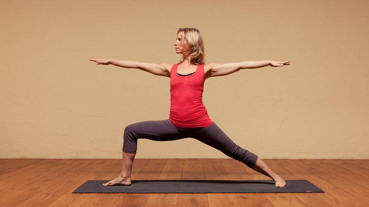 A kevés szabadidő se lehet már kifogás a mozgás elkerülésére! Akkor sem, ha azt mondod, hogy a hatékony zsírégető mozgáshoz biztosan többre van szükség. Nos, több ráfordítással tényleg hatékonyabb lesz az edzésed, azonban vannak olyan gyakorlatok, melyek már napi 15-20 perces ráfordítással is látványos hatást gyakorolnak az alakodra. A legjobb, ha ezeket magas intenzitású intervallum edzésként végzed, akkor lesznek leghatékonyabbak. 5. II-es harcos gyakorlat Ez a póz a combizmokat nyújtja…