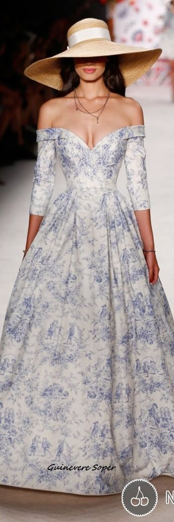 Un vestido espectacular, que deja al aire tus hombros y cuenta con un escote muy hermoso. El estampado luce increíble en esta obra de arte.