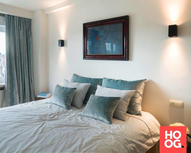 slaapkamer met kunst aan muur | slaapkamer ideeën | bedroom ideas | master bedroom | HOOG.design
