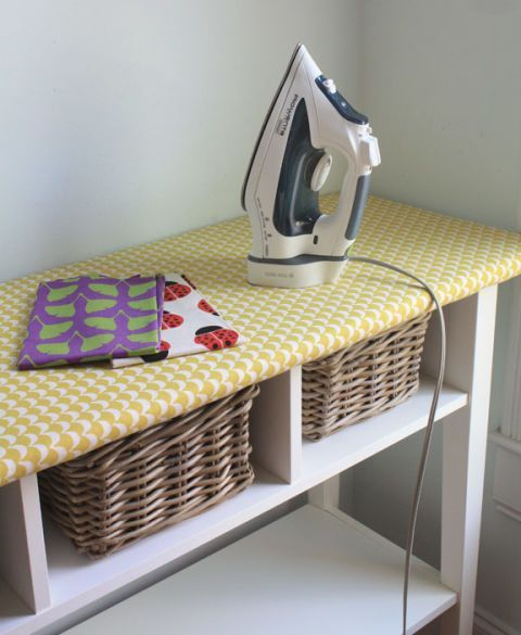 A tábua tradicional consome quarto valioso com o seu X-like quadro (e que realmente dobra-se após cada utilização?).  Este IKEA inteligente truque transforma o topo de uma longa mesa em um espaço de engomar, e oferece pontos para cestas embaixo.  Veja mais em O Fio Longo »
