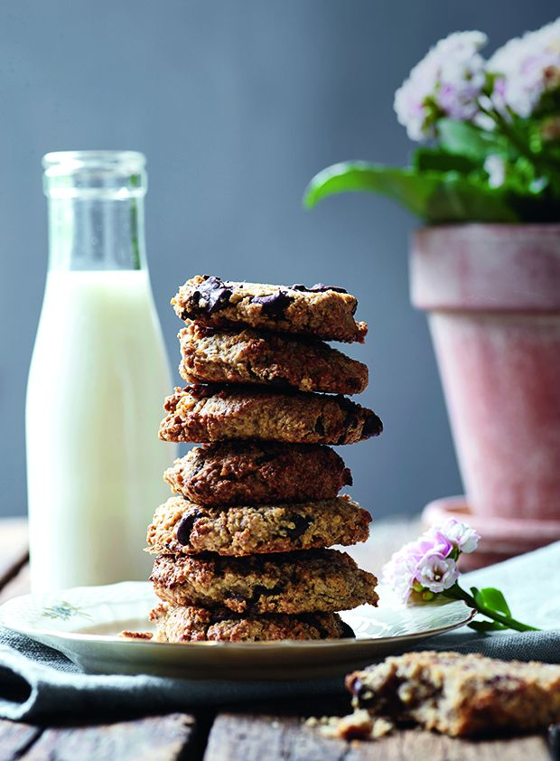 De her sprøde cookies er proppet med gode sager som hasselnødder, mørk chokolade, kokosolie og havregryn. Bag hellere rigeligt!