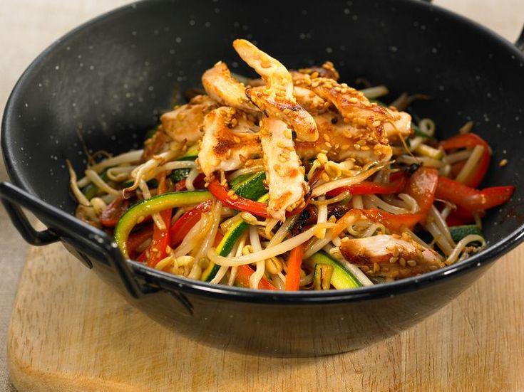 Découvrez la recette Poulet aux poivrons et germes de soja sur cuisineactuelle.fr.