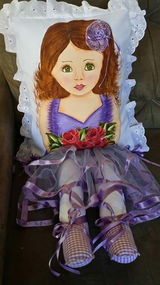 Almofada com perninha e pintura em tecido para meninas