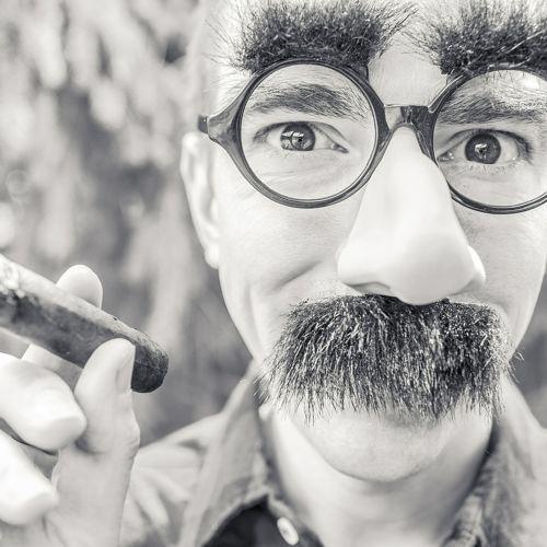"""""""I don't care to belong to a club that accepts people like me as members."""" """"Ich will nicht zu einem Club zu gehören, der Leute wie mich als Mitglieder akzeptiert"""" """"Groucho"""" Marx, US-amerikanischer Komiker. """"I don't care to…"""" -> ich will nicht. Eine elegantere Art, seinen Willen auszudrücken, als """"I don't want to..."""". """"accept"""" -> akzeptieren.   Das ist ein Twinkling, ein inkling: Eine Spur von Twilingo.  Mehr Twilingo unter www.twilingo.de"""