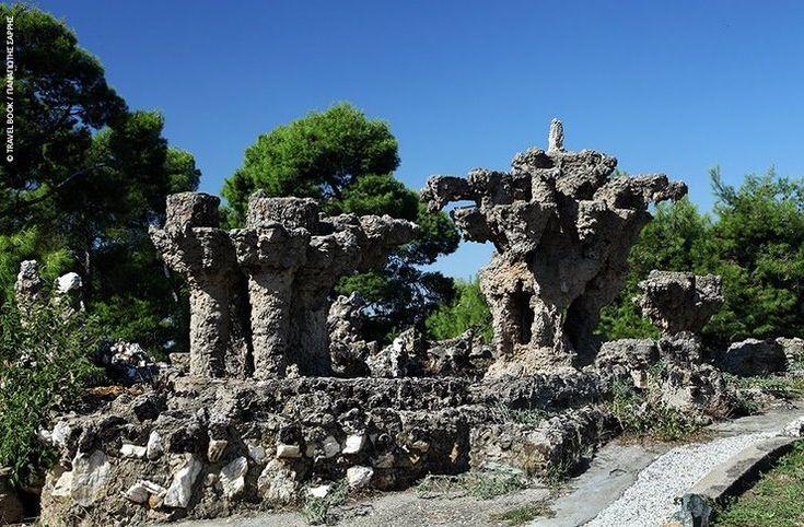 Το πάρκο της χώρας με τα κτίσματα που θυμίζουν.. Γκαουντί! Τα περίεργα σύμβολα και η στοά χωρίς διέξοδο ενισχύουν το μυστήριο