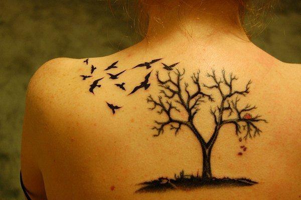 Tattoo mit Baum und Vögeln an den Schultern                                                                                                                                                      Mehr