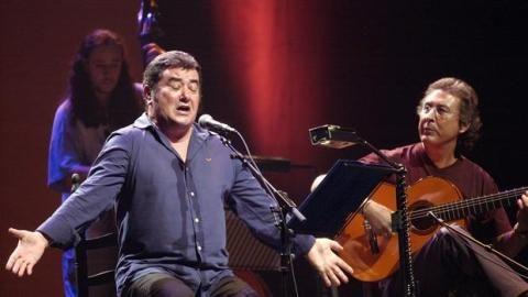 Fallece el cantaor José Meneses. Primer cantaor que actuó en el Olympia de París. Introdujo letras contestatarias contra el régimen en los palos de siempre. Sin ser gitano, por su voz lo parecía. DEP