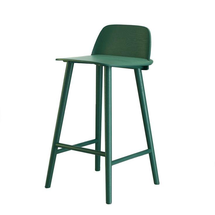 """Nerd barstol från Muuto är det senaste tillskottet till """"Nerdfamiljen"""".Nerd stol från Muuto är formgiven av David Geckeler, industridesigner med utbildning från Berlin och Köpenhamn. För Nerd har Geckeler hedrats med Beckers International Design Award 2011 och han vann Muuto Talent Award 2012. Nerd finns i bok, ek eller lackad ask och i ett flertal olika färger. Barstolen finns även med 75 cm sitthöjd."""