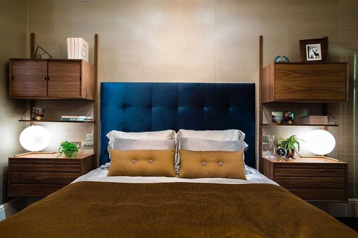 Cool and inspiring way to use the iconic ROYAL SYSTEM, designed by Poul Cadovius in 1948. The bedroom is from a private home in London and designed by Carly Madhvani from NW3 Interiors Ltd @nw3interiorsltd #dk3 #danishdesign #royalsystem #poulcadovius #shelving #shelvingsystem  www.dk3.dk