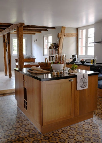 Ilôt central pour cette cuisine en bois