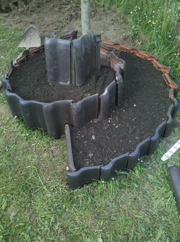schritt 1. das loch war ja schon gegraben ...wegen der erde   -dachplatten vom Nachbarn geschnorrt (nigelnagelneu und voll schick, der hatte...