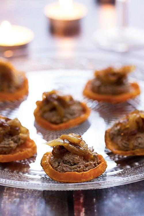 Menu de Noël végétarien - Toasts de patate douce, crème de champignons aux noix et oignons caramélisés