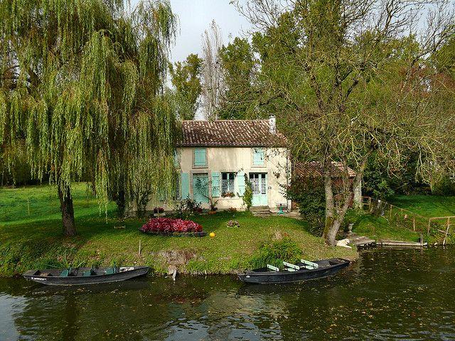   ♕   Bateaux et maison à Arçais - Marais, France   by © dynamosquito