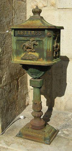 Caylus boîte aux lettres   #TuscanyAgriturismoGiratola