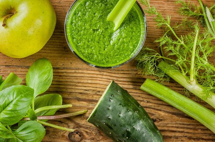 Пока ещё рынки полны фруктами и овощами, нужно не упускать момент и запасаться витаминами на зиму. Поэтому мы решили собрать для вас рецепты простых зелёных смузи, продукты к которым вы без труда найдёте практически в любом более-менее крупном супермаркете или на ближайшем рынке. Для начала запомните простую формулу, используя которую вы сможете приготовить вкусный смузи из того, что в данный момент есть в холодильнике: Жидкая основа (1/2–1чашка) + 1чашка зелени + 1замороженный фрукт или…