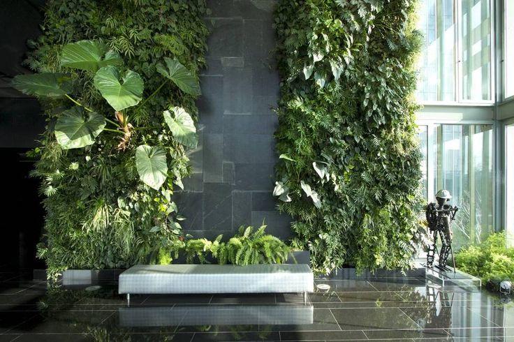 VAKRE VEGGER: Vertikale hager er i vinden. Her er landskapsarkitekt Michael Hallgrens siste grønne vegg på nyåpnede Hotel Kungsträdgården i Stockholm. (Foto: Michael Hellgren)