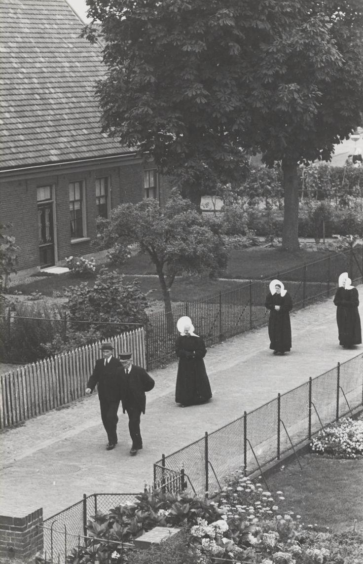 Kerkgang in Huizen. #NoordHolland #Huizen #oorijzermuts