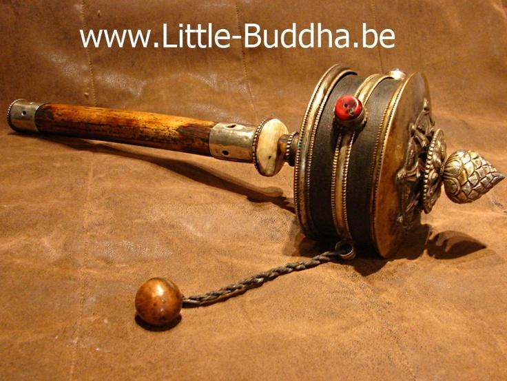 Door het ronddraaien van een gebedsmolen gaat de spreuk op in de wind, zodat uiteindelijk iedereen van dit goede karma kan meegenieten.  Dit is een schitterende gebedsmolen van fors formaat (42 cm) met een enorme mantra rol. Er wordt gezegd dat met ieder omwenteling van de gebedsmolen alle mantra's (in dit geval tienduizenden) het universum ingestuurd worden.  Antieke gebedsmolen uit Tibet  http://www.little-buddha.be