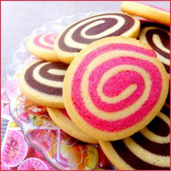 Sablés spirale vanille/chocolat & vanille/fraise - Aujourd'hui, je vous propose des petits sablés bi-goût très visuels, une version vanille/chocolat et ...