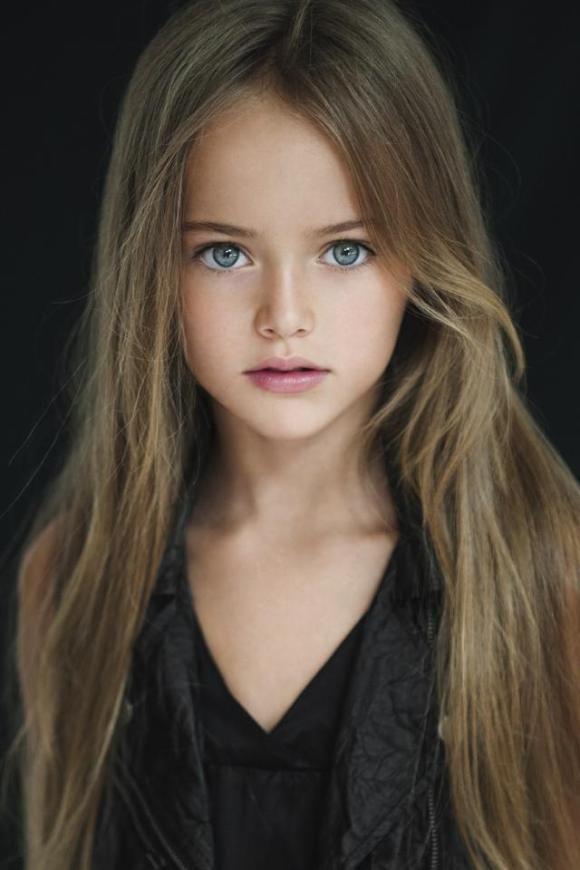 """Kristina Pimenova, de 8 anos, vem chamando a atenção mundial por conta de sua beleza, que a credenciou ser conhecida como """"a menina mais bonita do mundo."""""""