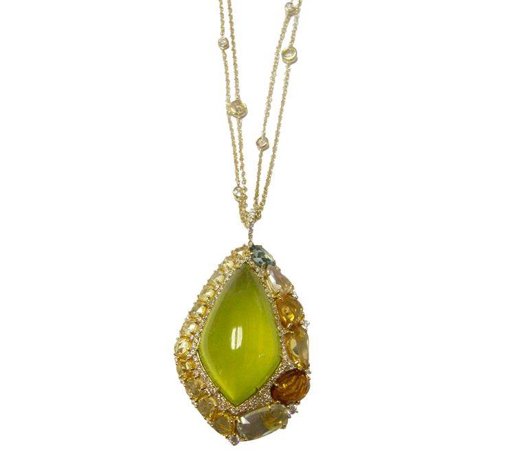 Сочная зелень травяных лугов в лучах полуденного солнца смотрится изысканно, когда картина преображается в великолепный кулон с бриллиантами. Сердцем композиции является лимонный кварц, который отлично дополняется камнями сапфира на полотне белых бриллиантов. Такое изобилие драгоценных камней создает по истине эффектную композицию, а теплая гамма напоминает о знойной поре круглый год.