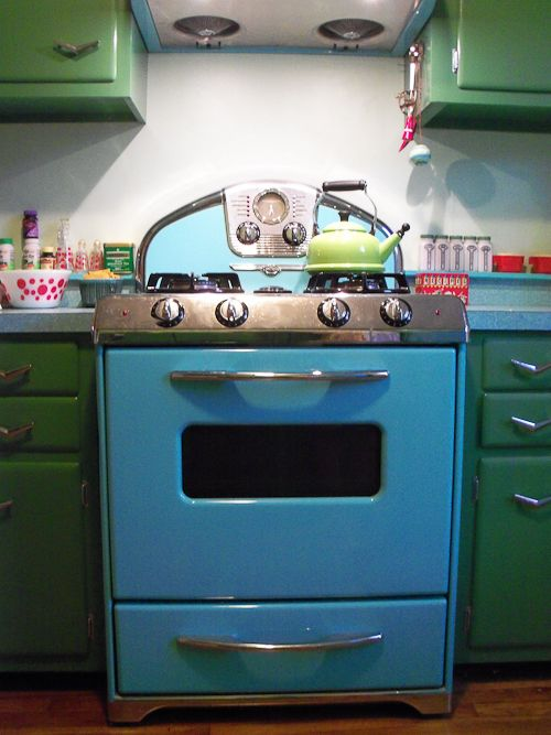 vintage kitchen- how could you be anything but a happy cook in this space?