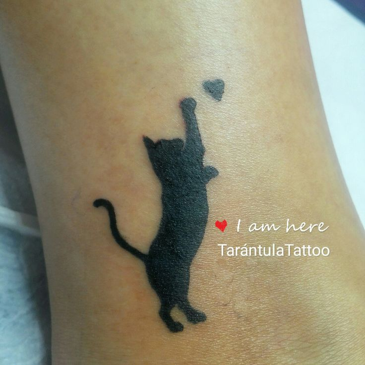 Tatuaje de la silueta de un gato negro atrapando un corazón, tatuado en https://tarantulatattoo.com por #iciarorozco #tatuaje #tattoo #gato #cat #corazon #heart #Malaga #ink #tatuajesmalaga #malagatattoo #costadelsol