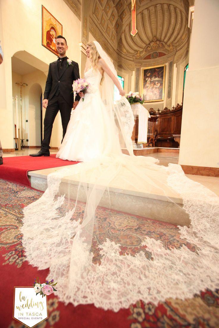 Uno dei miei preferiti, il velo da sposa rifinito in pregiato pizzo, enfatizzava le tue doti di gentilezza e grazia. A me è piaciuto molto, tu che ne pensi? Come immagini il tuo velo da sposa? www.laweddingintasca.it #laweddingintasca #velodasposa