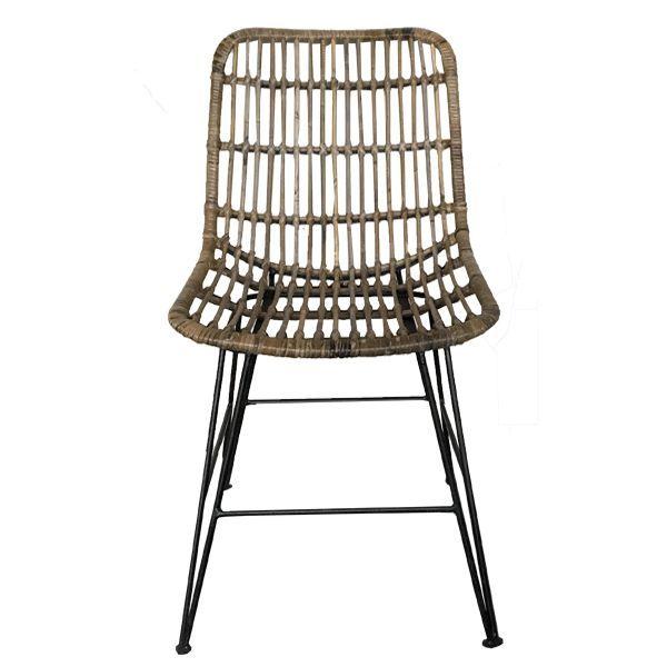 Deze rotan stoel gemaakt van rotan en ijzer en beschikt over een zwarte met naturel kleur. De stoel is 83 cm hoog, 44 cm diep en 55 cm breed.