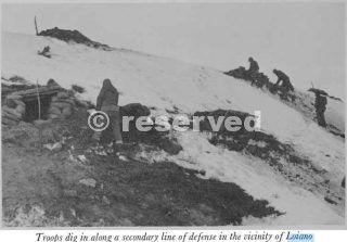 Truppe scavare in lungo una linea secondaria di difesa in prossimità di…