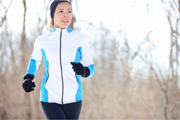 Egzersiz yapmak hem formda kalmanızı hem de cildinizin ışıl ışıl parlamasını sağlıyor. Hiç spor yapmadıysanız ilk olarak günde 15-20 dakika yürüyüş yapabilir, asansör yerine merdivenleri kullanabilir; işinize ya da evinize giderken bir durak önce inip kısa bir yürüyüş yapabilirsiniz.