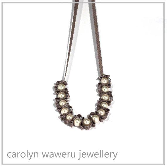 Collana di perle e nastro di CarolynWaweru su Etsy