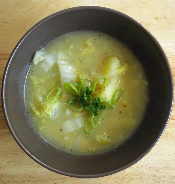 Recept voor een vegetarische (veganistische) variant op caldo verde - portugese koolsoep. Dit recept bevat o.a. ui, aardappels, knoflook en chinese kool.