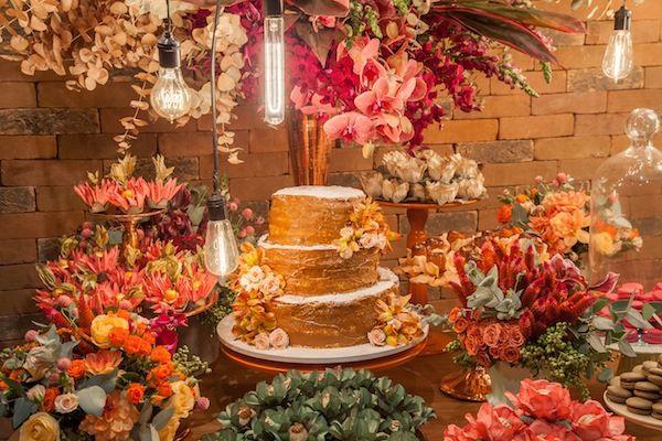 Naked cake de três andares com recheio de doce de leite, confeitado com açúcar e flores naturais. Decoração evrde, coral e rosa. Foto: Ricardo Durand
