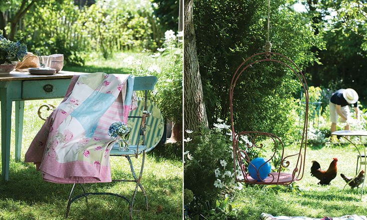 Jardim vintage com móveis de ferro e madeira.