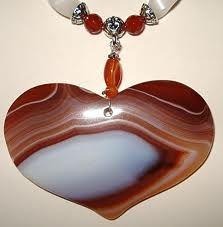 Очень часто можно увидеть сердечки из агата: в магазинах нью эйдж или бутиках камней.