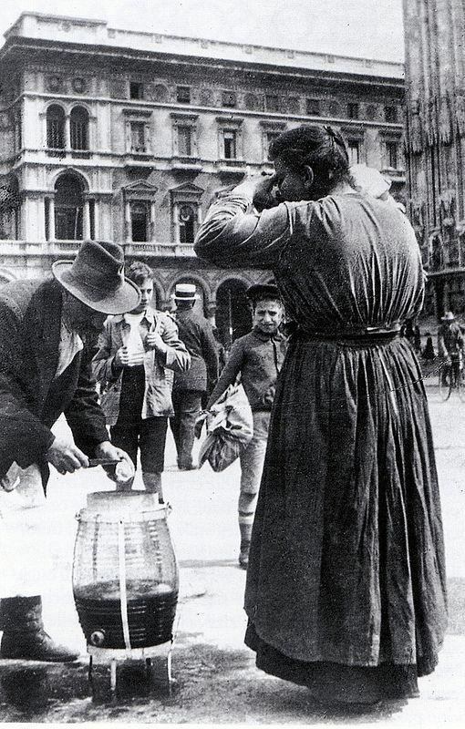 """Milano """"mestieri spariti"""" ... vendita di limonata in piazza Duomo (primi del 900) #TuscanyAgriturismoGiratola"""